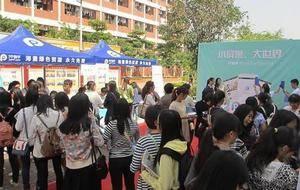 学校广场 上海济光职业技术学院