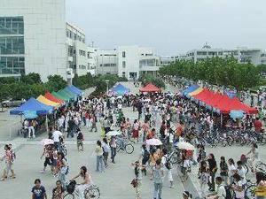 学校广场 上海对外经贸大学