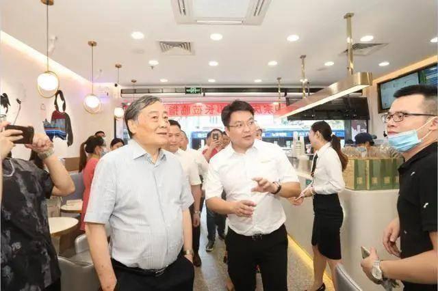 """首家直营奶茶店开业,娃哈哈靠""""情怀""""能撑多久?"""